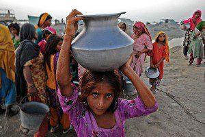 Vízhordó lány Pakisztánban