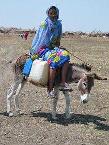 Vízhordó lány Szudánban