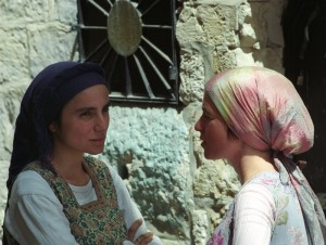 Asszonyok beszélgetnek Jeruzsálem óvárosában