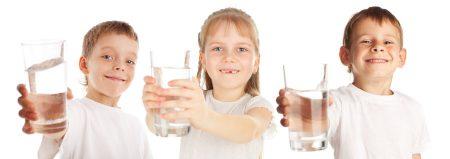 Gyerekek poharakkal