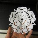 Luther-rózsa papírkivágással