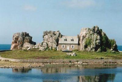 Ház a sziklák között