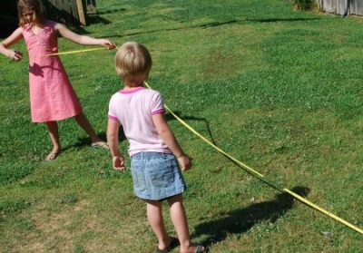 Gyerekek mérőszalaggal